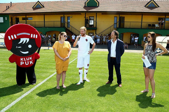 Karolina byla statečná a i přes pokročilé stadium těhotenství zvládla celý den moderovat charitativní fotbalový turnaj na slunci.