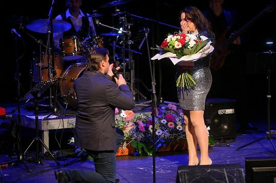 Loni v březnu požádal přítel zpěvačku o ruku.