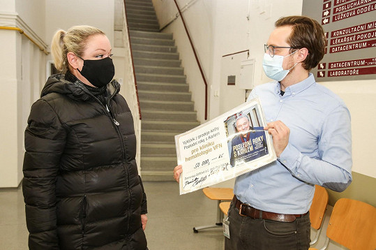 Nejstarší dcera Karla Gotta předala zaměstnanci nemocnice šek.
