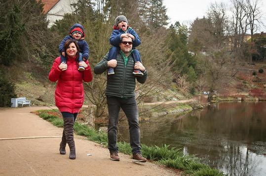 S dětmi vyráží na dlouhé procházky.