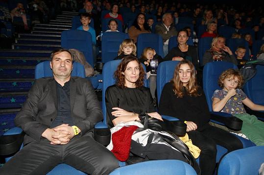 Jiří Macháček s rodinou na premiéře filmu Lichožrouti