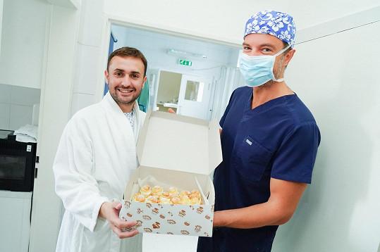 Lékaři přinesl před operací své dezerty.