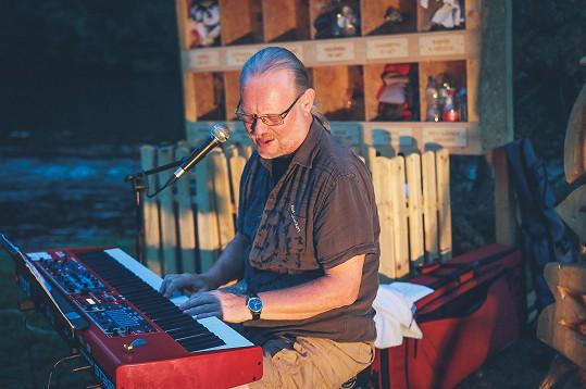Vašo Patejdl zazpíval v kempu u Vltavy pro několik desítek návštěvníků.