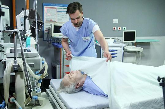 Jeho postava docenta Šeříka zemře. Na snímku s Ondřejem Rychlým.