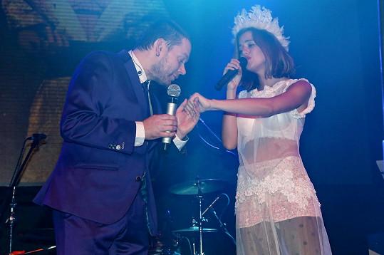 Na pódiu jí gratuloval Matěj Ruppert.