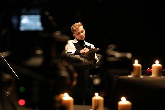 Toto je jedna z fotek k novému videoklipu zpěváka Timmyho Whita.