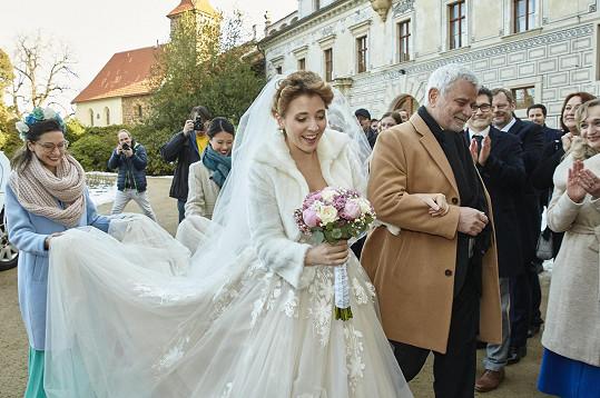 """""""Téměř každá herečka si podle mě chce aspoň jednou obléknout na natáčení svatební šaty a ani já nejsem v tomhle směru jiná,"""" svěřila Anička. Na snímku s Petrem Štěpánkem"""