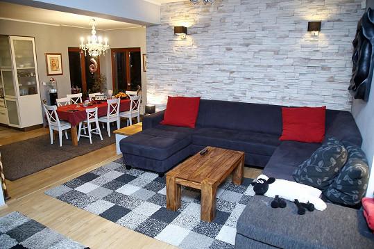 Kuchyně je propojená s obývacím pokojem.