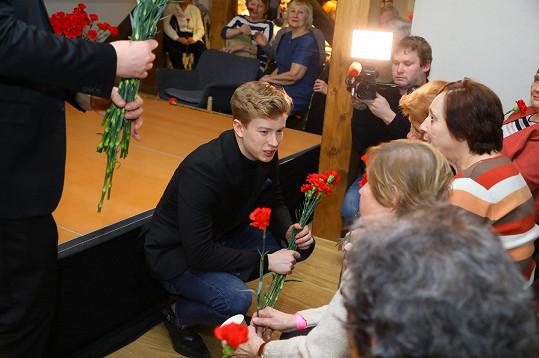Adam věnoval ženám na Mezinárodní den žen karafiát.