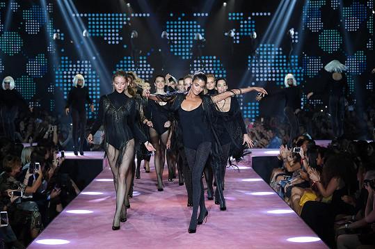 Kolekci předvedlo dvacet celosvětově proslulých modelek. Díky minimalistickému, smyslnému aranžmá skvěle vynikly ženské nohy.
