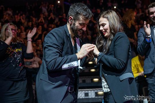 Marek požádal přítelkyni Marcelu o ruku, a to na letošním koncertě v O2 Areně.