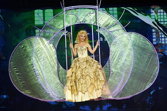 Představení začíná tzv. openingovou písní v podání čarodějky Glindy.