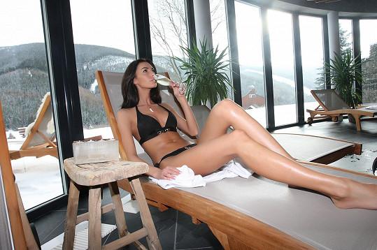 Během odpočinku popíjela šampaňské.