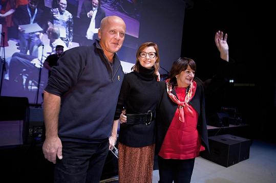 Herečka s ředitelkou Nadace Charty 77 Boženou Jirků (vpravo) a známým lékařem psychosomatikem Janem Hnízdilem