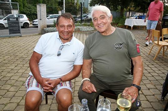 Dorazil i bývalý premiér Jiří Paroubek (vlevo).