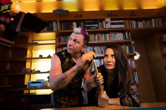 Do klipu ji dohodila kamarádka Denisa Nesvačilová, která s kapelou hostuje.
