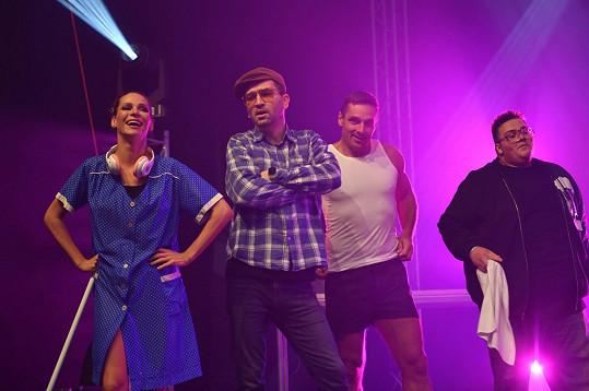 V taneční bitvě se utkali úspěšní závodní a profesionální tanečníci, ale také populární osobnosti – na snímku herec Ondřej Sokol, modelka Andrea Verešová, sportovec a moderátor Roman Šebrle a youtuber FattyPillow.