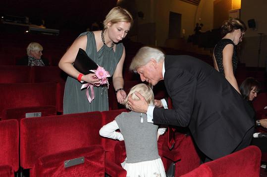 Pan Etiketa má svou vnučku nade vše rád.