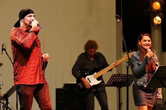 Vystupoval společně se zpěvačkou a kamarádkou Magdou Malou.