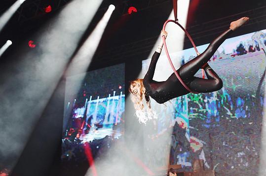 Akrobacie patnáct metrů nad jevištěm se jí málem vymstila. Odepnutý mikrofon museli zajistit lepenkou.