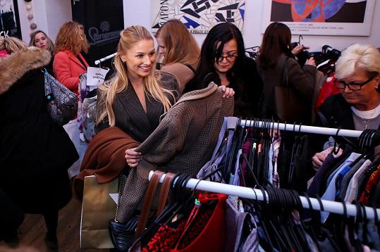 Na Charitativním bazaru známého prodejce luxusních kabelek a zboží z druhé ruky, kde byly k dostání věci od známých tváří, jako je Monika Marešová, Marta Jandová, Monika Absolonová, Gábina Koukalová či Ester a Aňa Geislerovy.
