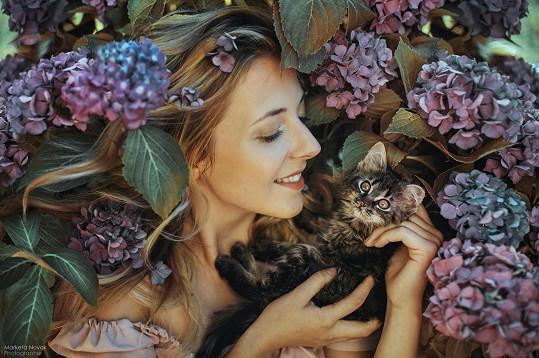 S koťátkem pózovala v křoví.