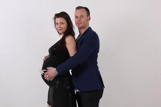 Také herečka Tereza Šefrnová očekává s partnerem druhého potomka. Narodí se v červnu.