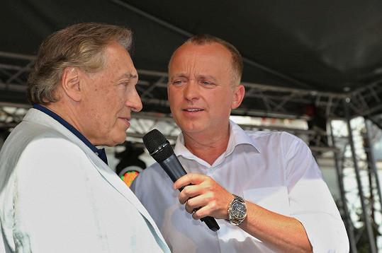 Karel Gott s moderátorem Karlem Voříškem