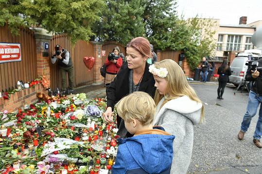 Květiny přišla s dětmi položit i herečka Antonie Talacková, manželka Igora Bareše