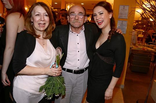 Uhlíř s manželkou se fotili na after party s Ivanou Korolovou, která se ten večer zhostila role Leontýnky.