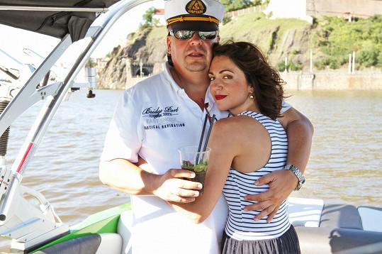 Eva se snoubencem na dovolené na jachtě