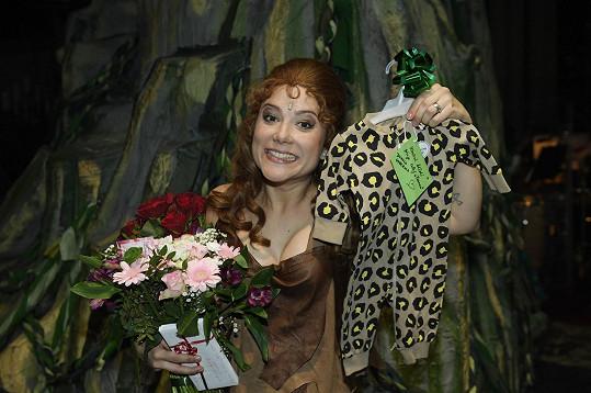 Na posledním představení dostala nejen kytici, ale i roztomilé dupačky.