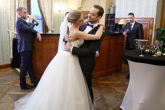 Filip Tomsa alias Roman Maxa ušil na svou nevěstu boudu.