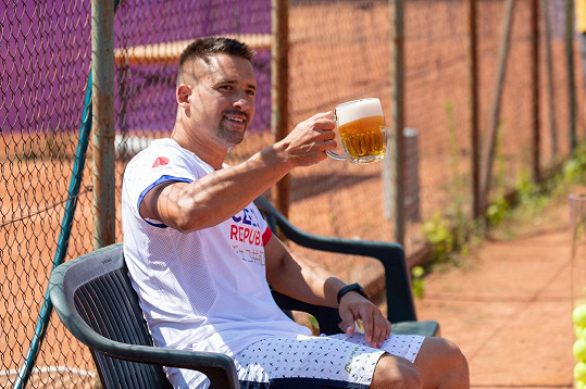 Plekanec byl na antuce jako doma a stihl si u toho dát i pivo a bavil svými výkony přihlížející fanoušky.