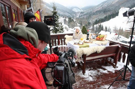 Během natáčení tohoto dílu bylo Evě zima.