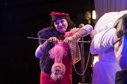 V klipu hrála i Dáda Patrasová s žížalou Jůlií.
