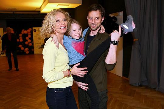 Kristina Kloubková s dcerou a partnerem Václavem Kunešem