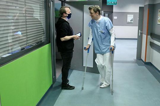 Na natáčení Modrého kódu se herec přišoural o berlích.