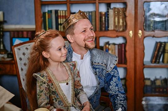 Valentýnka jako princeznička Johanka s tatínkem králem v podání Tomáše Kluse