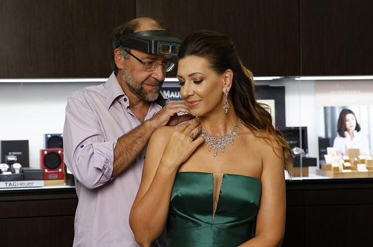 K té příležitosti si zapůjčila luxusní šperky.
