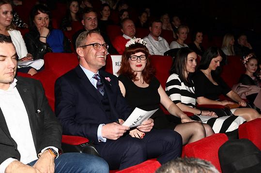 David Matásek s přítelkyní Evou na premiéře filmu Jak se zbavit nevěsty