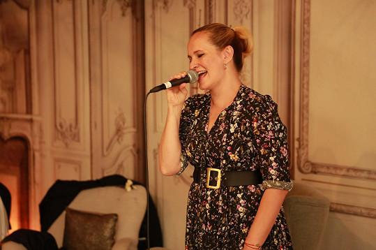 Svatebčanům zazpívala Monika Absolonová.