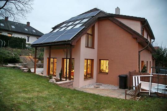 Andrea Kalivodová žije v domě za Prahou.