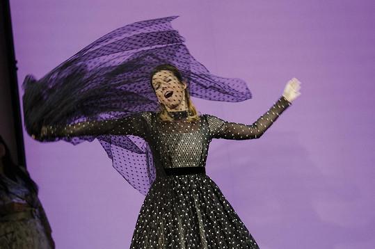 Ach ouvej, můj bože, můj bože na nebesích... Berenika se hodně těší na zpěv, kterému se ostatně také sama věnuje.