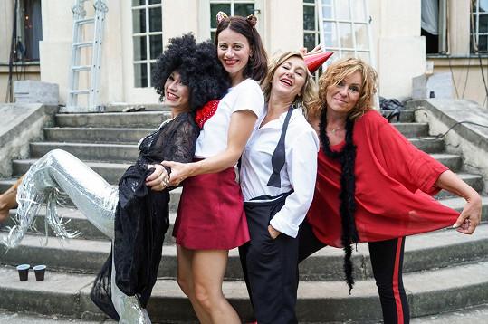 Čtveřice z divadelní hry Můžem i s mužem (zleva) Kaira Hrachovcová, Dáša Zázvůrková, Vanda Hybnerová a Jitka Sedláčková se objeví i ve stejnojmenném filmu.