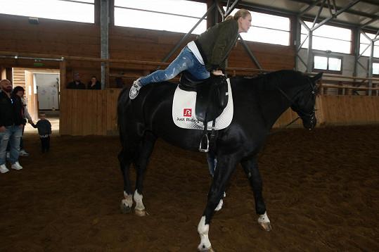 Simona prý na koni ještě nikdy neseděla.
