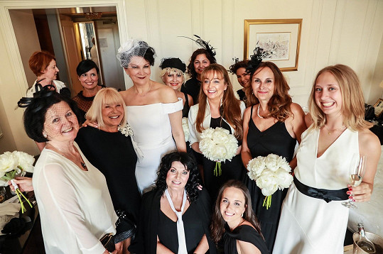 Nevěsta s kamarádkami, všechny dodržely dress code black and white.