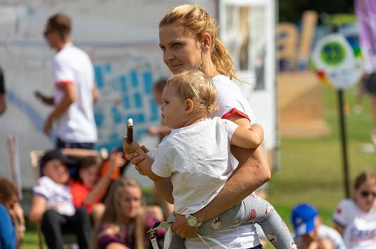 Dnes si užívá roli maminky s dcerkou Leontýnkou.