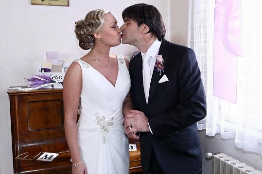 Zdeněk Podhůrský se oženil aspoň v seriálu.