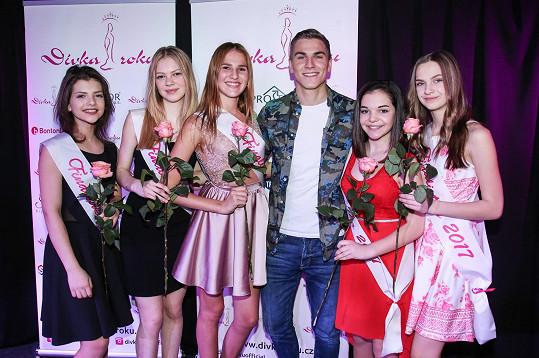 David s vybranými dívkami, které postoupí do finále, které proběhne 14. května v Divadle Komedie.